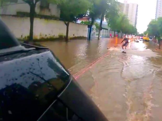 Marcello surfou em rua de Vitória (Foto: Reprodução/ internet)