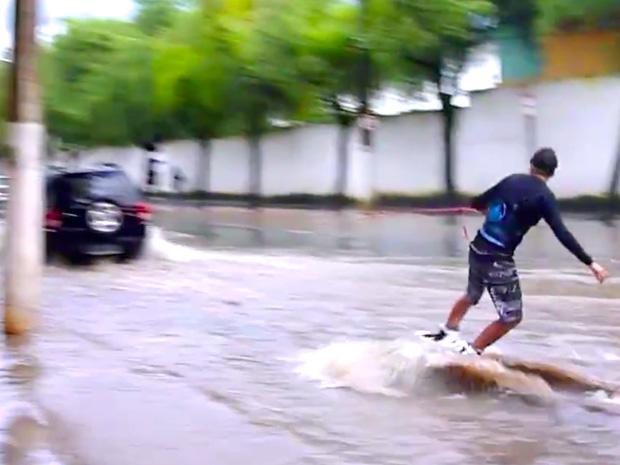 Jovem pratica wakeboard em rua alagada, em Vitória (Foto: Reprodução/ internet)