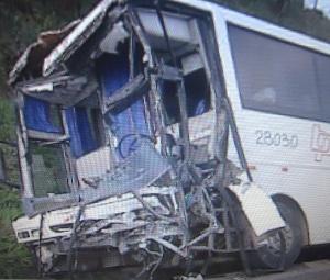 Frente do ônibus fica destruída após colisão em Araçariguama, SP (Foto: Reprodução TV Tem)