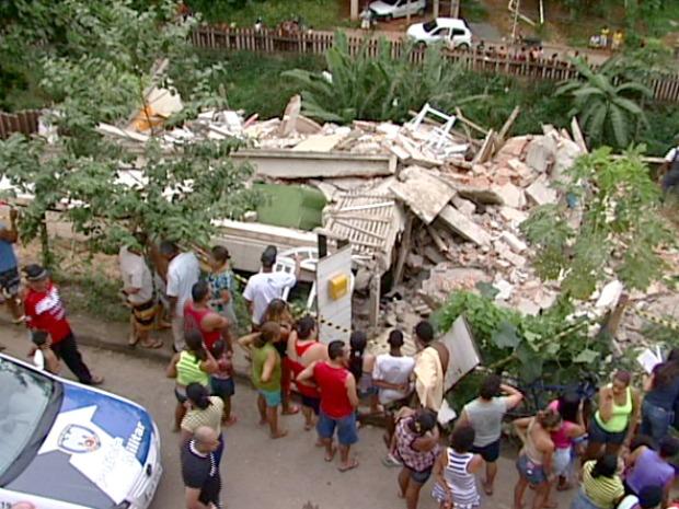 Quatro pessoas estavam na residência em Cariacica (Foto: Reprodução/TV Gazeta)