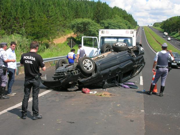 Foi necessário interditar a pista para remover o carro. (Foto: Carlos Torrente)