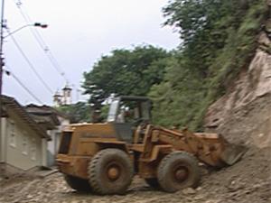 Encostas desabaram neste domingo (8) em Ouro Preto (Foto: Reprodução/TV Globo)