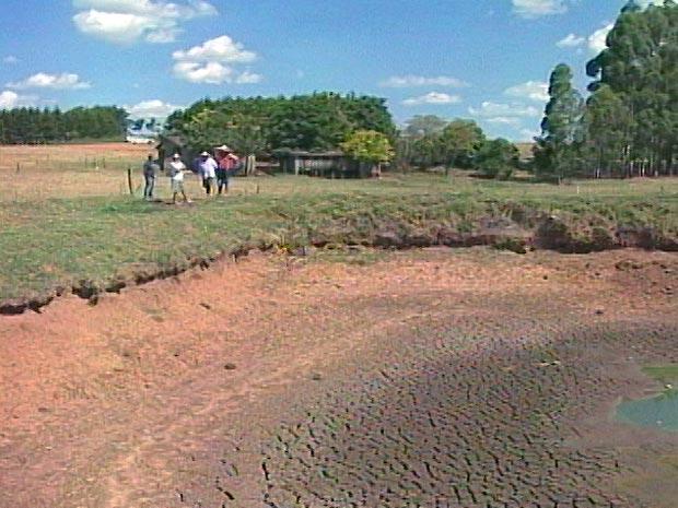 Em assentamento do Incra em Tupanciretã, açude secou (Foto: Reprodução/RBS TV)