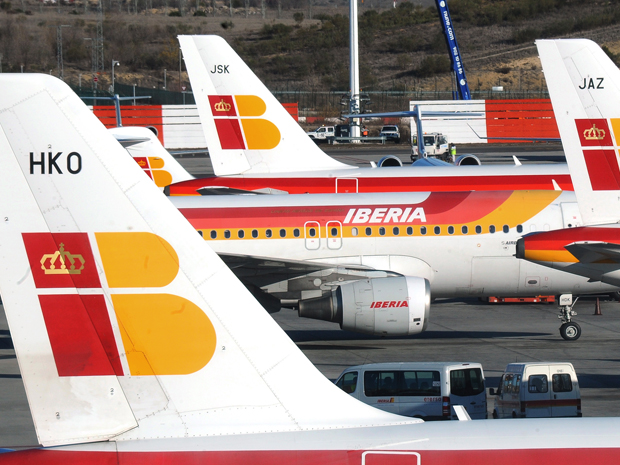 Foto tirada no final de dezembro de 2011 mostra aeronaves no aeroporto Barajas, de Madri (Foto: AFP)