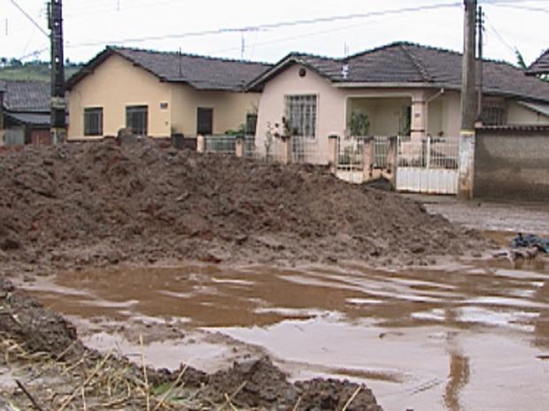 Depois de ficar alagada na madrugada, Itabirito foi coberta por lama neste domingo (8) (Foto: Reprodução/TV Globo)