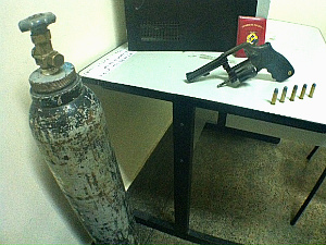 Arma, munição e cilindro encontrados na residência do suspeito (Foto: Girlene Medeiros/G1AM)