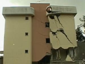 Desde a última semana de 2011, um dos quatro prédios interditados no Buritis, Região  Oeste de BH, está desabando aos poucos. (Foto: Reprodução/TV Globo)