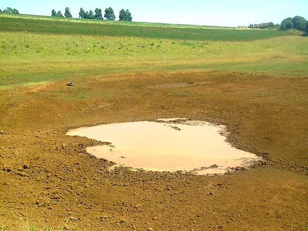 Em Santo Augusto, na Região Noroeste, açude secou  (Foto: Luis Frey/RBS TV)