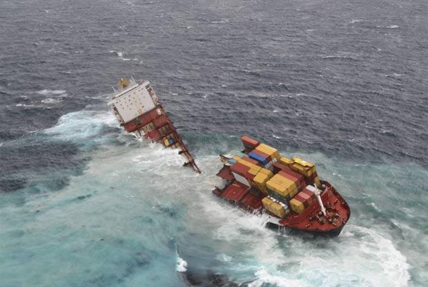 Navio encalhado se partiu em dois na Nova Zelândia. (Foto: BBC)