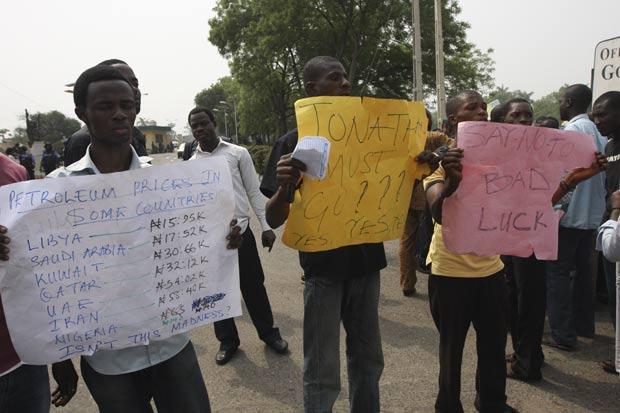 Nigerianos durante protesto na quinta-feira contra a alta do preço dos combustíveis. (Foto: Sunday Alamba/AP)