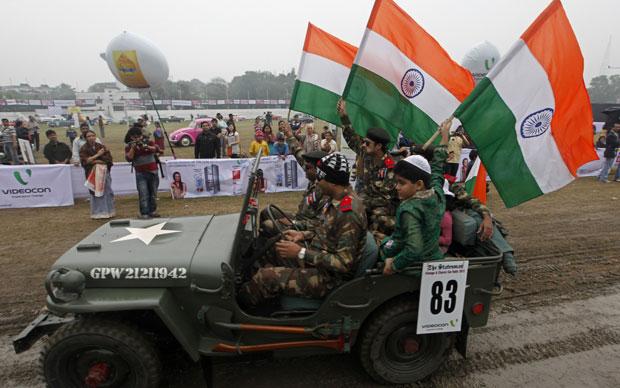 Jope Ford de 1945 levou pessoas vestidas de soldado e carregando a bandeira da Índia (Foto: Reuters)