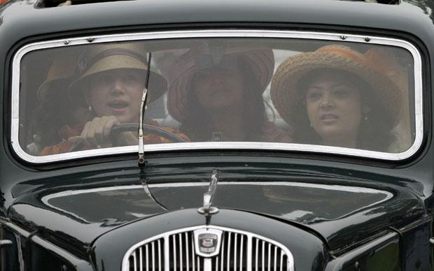 Mulheres usaram roupas antigas para dirigir um Morris de 1939 (Foto: AP)