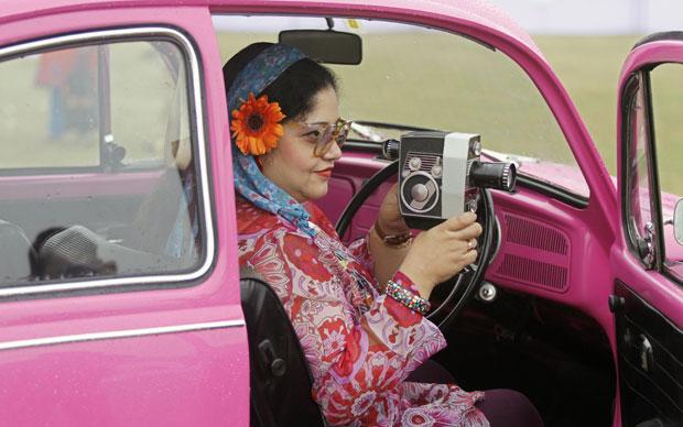 Esta mulher levou uma câmera Bolex P4 a bordo do VW 1300 de 1970 (Foto: Reuters)