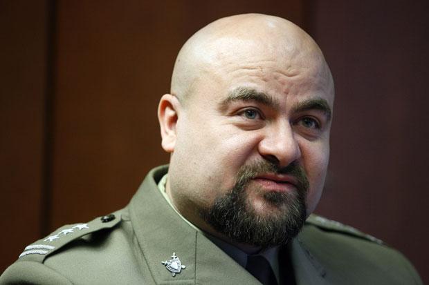 Mikolaj Przybyl fala à imprensa momentos antes da pausa em que ele atirou contra a própria cabeça (Foto: Marek Zakrzewski/AFP)