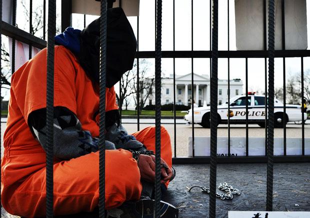 Manifestante se 'enjaulou' em frente à Casa Branca (Foto: Jewel Samad/AFP)