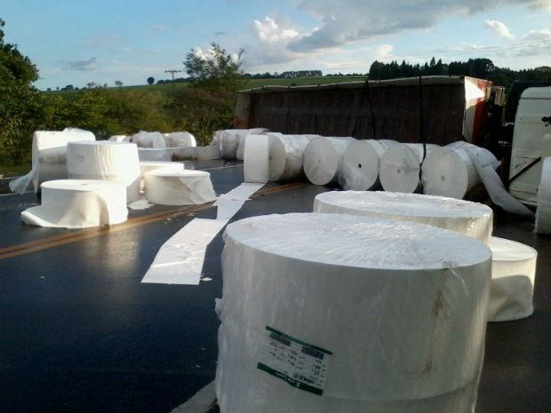 Caminhão que transportava bobinas de papel que se envolveu no acidente em Cerquilho, SP (Foto: Gláucia Souza/ G1)