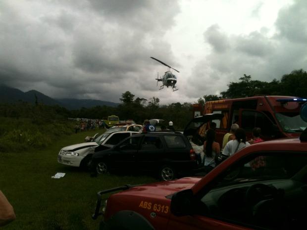 Vítimas foram socorridas por helicóptero (Foto: Renato Leite/ VC no G1)