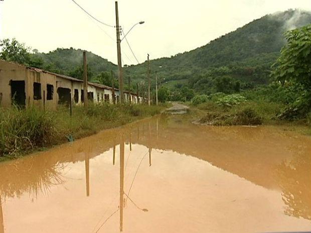 Bairros próximos ao rio Santo Agostinho, em Viana, ainda estão alagados (Foto: Reprodução/TV Gazeta)