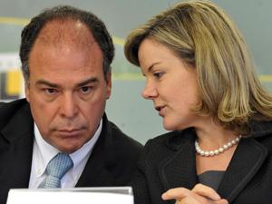 Os ministros Fernando Bezerra e Gleisi Hoffmann durante entrevista coletiva (Foto: Valter Campanato / Agência Brasil)