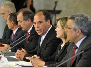 Fernando Bezerra (centro) e outros ministros durante entrevista no Palácio do Planalto (Foto: Valter Campanato / Agência Brasil)