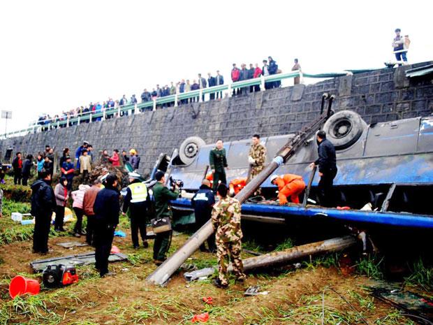 Quatro pessoas morreram após queda do ônibus (Foto: Wu dongjun / Imaginechina / AFP)