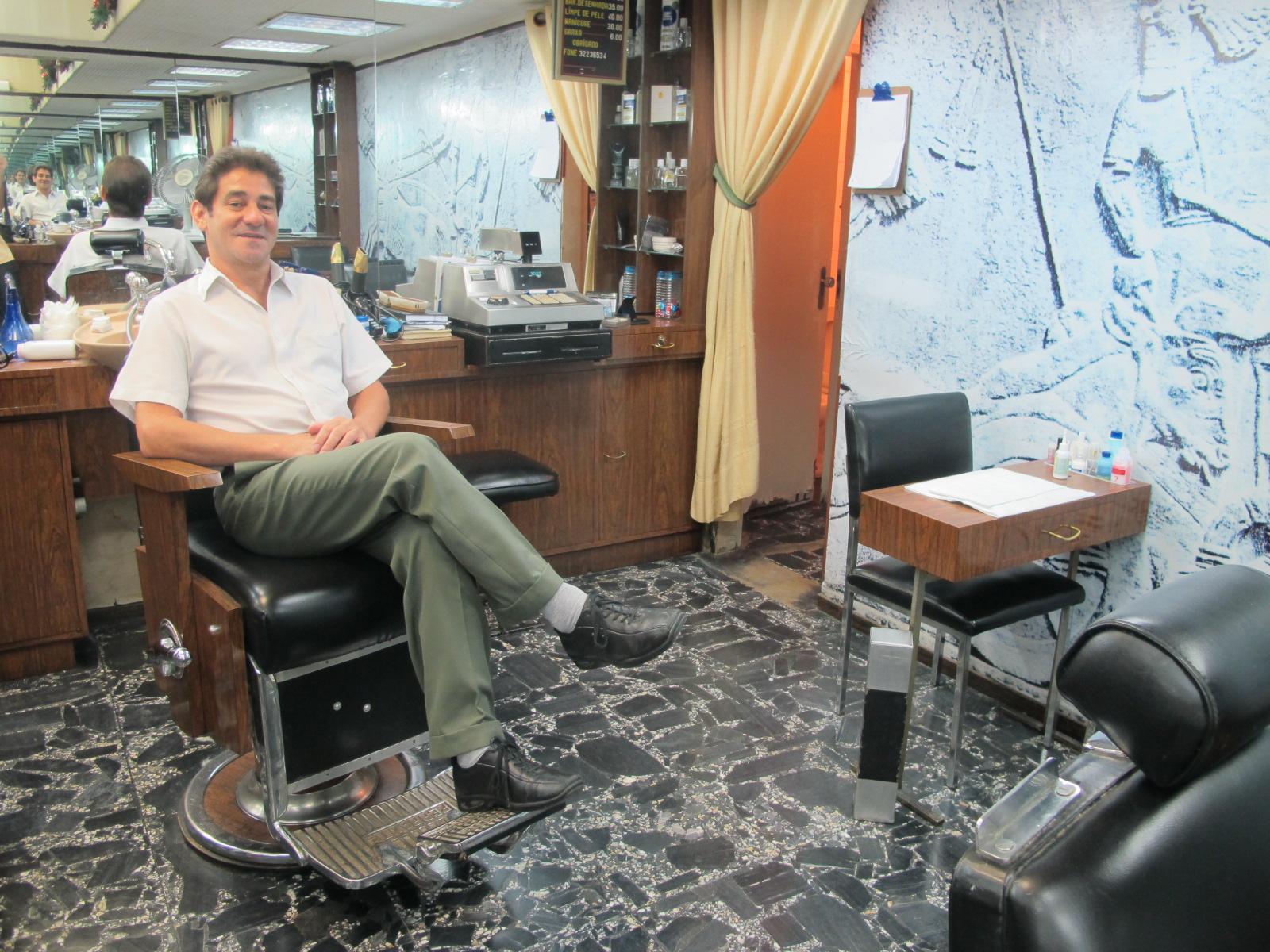 Luis já atendia no Salão Phidias quando os clientes chegavam de terno e gravata. Salão tem cadeiras de madeira, pias individuais e piso de pedra portuguesa (Foto: Márcio Pinho/G1)