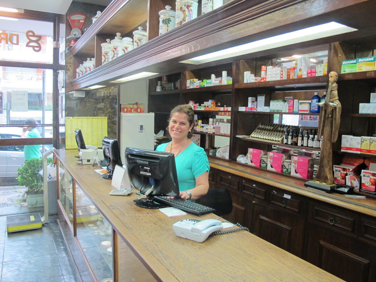 A funcionária Mary Arlindo na Drogamérica, farmácia que mantém estilo retrô (Foto: Márcio Pinho/G1)