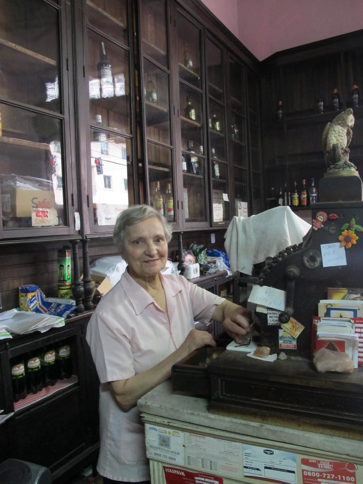 Dona Preciosa cuida de empório desde 1966 (Foto: Márcio Pinho/G1)