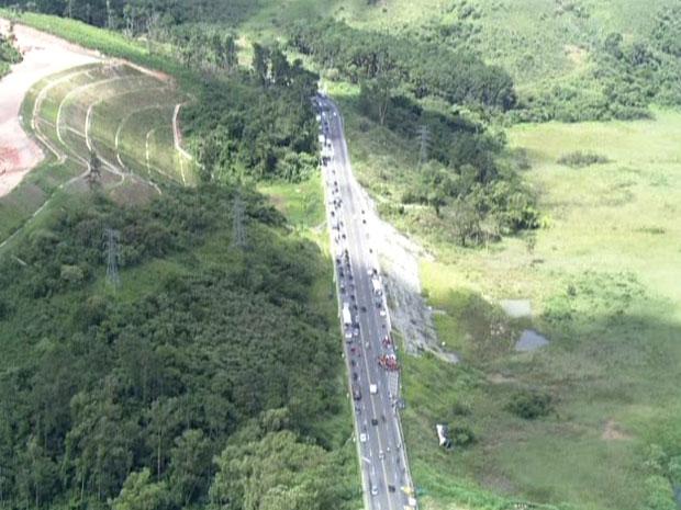 Motoristas enfrentaram lentidão na rodovia após acidente (Foto: Reprodução/TV Globo)