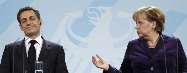 Angela Merkel e Nicolas Sarkozy falam à imprensa após encontro (Foto: Reuters)
