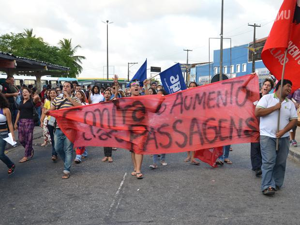 Estudantes invadiram o Terminal de Integração do Varadouro, em João Pessoa, para protestar contra o aumento da passagem (Foto: Walter Paparazzo/G1)