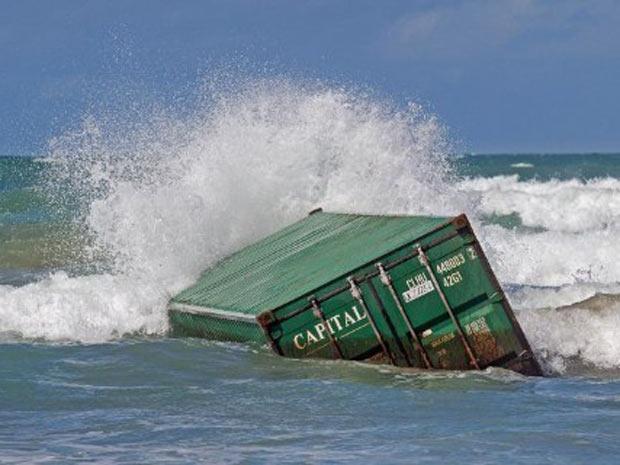Contêiner que caiu do navio Rena após a quebra da embarcação em dois grandes pedaços. (Foto: Marty Melville/AFP)