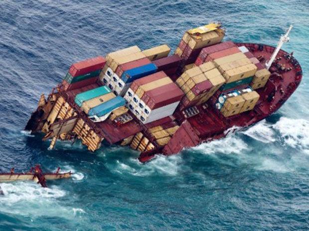Imagem divulgada nesta segunda-feira (9) mostra parte do navio Rena, que se quebrou em duas partes neste fim de semana devido a uma forte tempestade (Foto: Marty Melville/AFP)