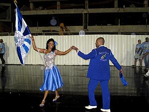 Selmynha Sorriso e Claudinho apresentaram parte da coreografia oficial (Foto: Rodrigo Vianna / G1)