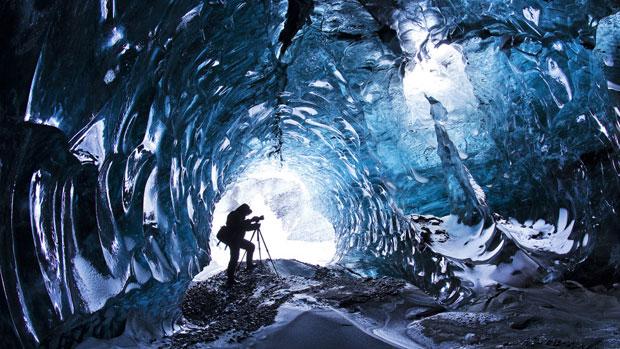 Caverna em geleira islandesa possui cenário impressionante (Foto: Skarpi Thrainsson/Caters)