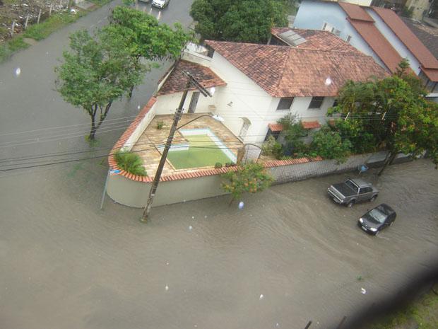 Av. Ranulpho Barbosa dos Santos, em Jardim Camburi, ficou completamente alagada. (Foto: Paulo Augusto Silva / VC no ESTV)