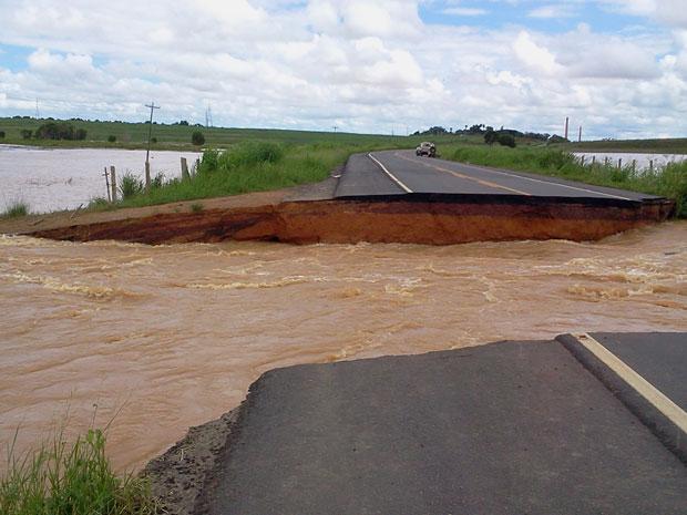 Trecho da BR-356, em Campos, que desmoronou com a força das águas do Rio Muriaé (Foto: Lilian Quaino/G1)