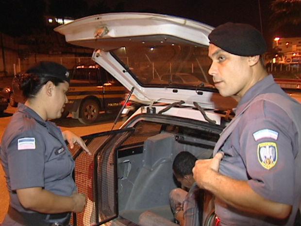 Policial prendeu na hora homem que assediava mulher dentro do ônibus (Foto: Reprodução/TV Gazeta)