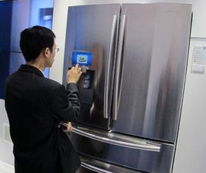 Geladeira da Samsung tem tela que usuário pode buscar receitas, ler notícias e até tuitar (Foto: Gustavo Petró/G1)