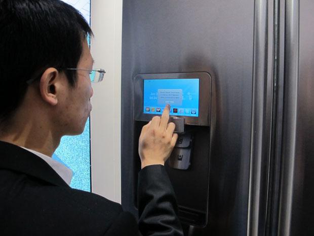 Tela permite controlar geladeira, que tem até sua loja de aplicativos (Foto: Gustavo Petró/G1)