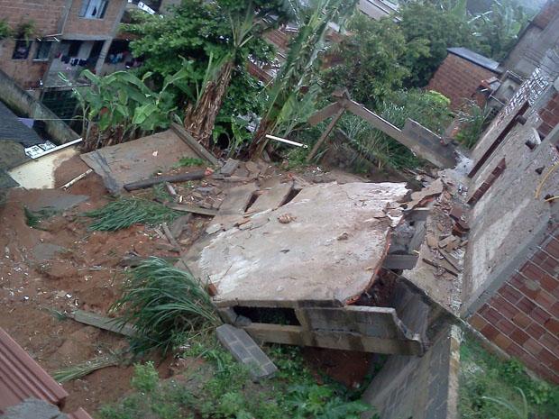 Um muro cedeu sobre uma casa, no bairro Presidente Médici, em Cariacica.  (Foto: Weverson Costa do Nascimento  / VC no G1)