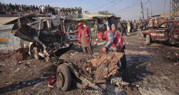 Equipes observam estragos provocados por bomba em Jamrud, no Paquistão, nesta terça-feira (10) (Foto: Reuters)