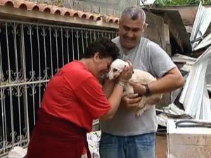 Dona se emociona ao reencontrar cachorrinha Bebel, que resistiu a mais de 24 horas de soterramento (Foto: Reprodução TV Globo)