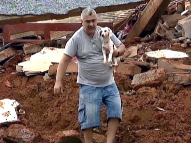 Cachorrinha Bebel é resgatada em escombros de prédio que desabou  (Foto: Reprodução TV Globo)