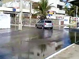 Internauta flagra rua alagada em Manaíra, na Paraíba (Foto: Roberta Matias/Divulgação)