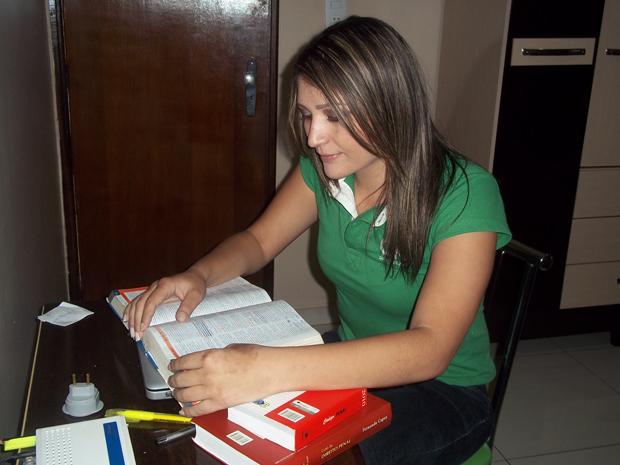 Com poucos livros em casa, Thais sempre estudou para concursos e para a OAB cm exercícios da internet (Foto: Naiara Leão/ G1)
