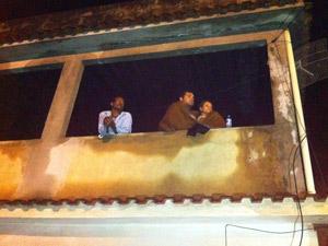 Vizinhos acompanham as buscas na região (Foto: Carolina Lauriano/G1)