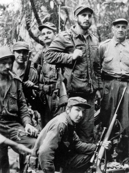 1957 - Armado, Fidel (ao centro, em pé) é visto com companheiros da guerrilha que lutou pelo poder de Cuba, entre eles o irmão Raúl Castro (baixo) e Che Guevara (segundo da esquerda para a direita)