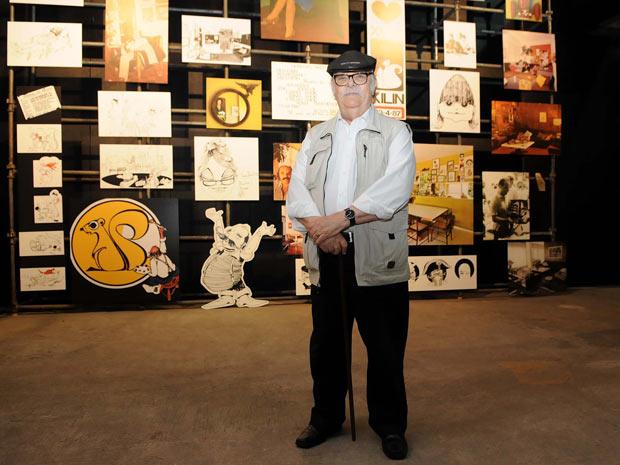 Sérgio Rodrigues em frente à parte da mostra dedicada a imagens de sua vida (Foto: Alexandre Durão / G1)