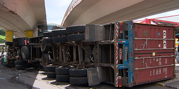 Caminhão tomba na capital baiana e deixa trânsito lento, diz Transalvador (Foto: Imagens/ TV Bahia)